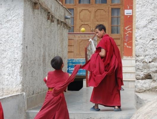 khangtran_buddhistsplayingball